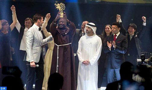 """دبي ..كيني يفوز ب""""جائزة أفضل معلم في العالم"""" بقيمة مليون دولار"""