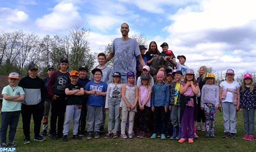 بلدة كاينو الفنلندية تحتفي بالمغربي تقي الله ثاني أطول رجل في العالم