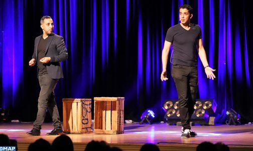 """جمهور الرباط يتفاعل مع العرض الهزلي للثنائي ادريس ومهدي في مهرجان """"أجي تهضم"""""""