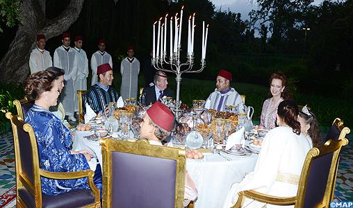 SM le Roi offre un Iftar familial en l'honneur de SM le Roi Juan Carlos 1-er d'Espagne