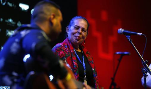 M'hamid El Ghizlane: Des rythmes et styles musicaux en fusion sur la scène du Festival international des Nomades