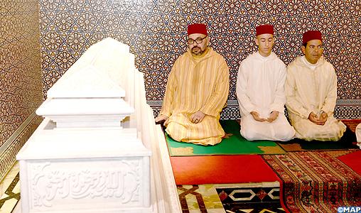 SM le Roi, Amir Al-Mouminine, préside une veillée religieuse en commémoration du 20è anniversaire de la disparition de feu SM Hassan II