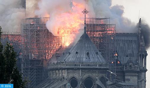 Violent incendie à la cathédrale Notre-Dame de Paris : la toiture dévorée par le feu, les flammes toujours pas circonscrites