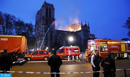 Violent incendie à la cathédrale Notre-Dame de Paris : les pompiers poursuivent leur lutte contre les flammes