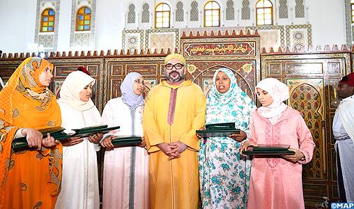 SM le Roi, Amir Al-Mouminine, remet le Prix Mohammed VI aux majors du programme national de lutte contre l'analphabétisme dans les mosquées au titre de l'année 2017-2018