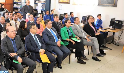 Le ministre de l'éducation nationale et l'ambassadeur coréen s'informent de l'état d'avancement du programme d'intégration des TIC dans un lycée à Temara