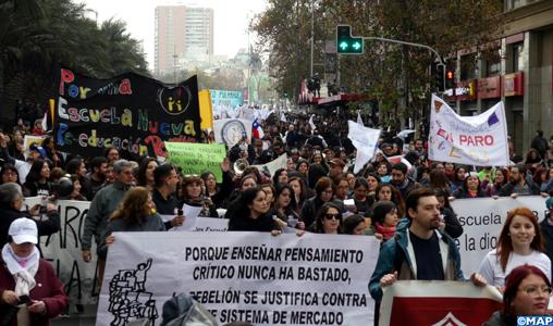 Chili: 45.000 personnes défilent à Santiago à l'appel du Collège des enseignants en grève illimitée depuis le début de la semaine