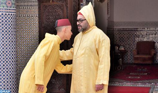 SM le Roi accomplit la prière de l'Aïd Al-Fitr et reçoit les vœux en cette heureuse occasion