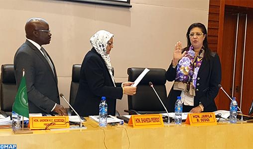 La juge marocaine Jamila Sedqi prête serment en tant que nouveau magistrat au Tribunal administratif de l'Union africaine à Addis-Abeba